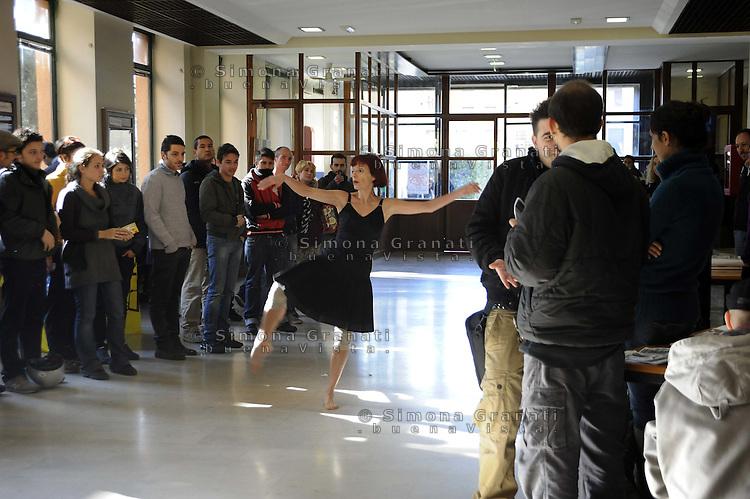 Roma,15 Novembre 2011.Università La Sapienza, verso la giornata mondiale di mobilitazione studentesca del 17 Novembre.Facoltà di Lettere.Performance di Attraveramenti Multipli