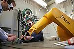 Foto: VidiPhoto..ENSCHEDE - Op de Universiteit Twente zijn dinsdag de laatste snufjes op lasergebied voor toepassingen in de industrie en metaalsector gepresenteerd. De nieuwste technieken laseren/snijden in een pico- of femtoseconde, waardoor het materiaal niet meer warm wordt. Het Laserevent met demonstraties, workshops en een kennismarkt is georganiseerd door onder meer de Universiteit Twente en het Laser Applicatie Centrum.
