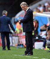 FUSSBALL WM 2014  VORRUNDE    Gruppe D     Schweiz - Ecuador                      15.06.2014 Trainer Ottmar Hitzfeld (Schweiz) schaut auf die Uhr