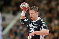 Filip Jicha (THW) am Ball, wirft