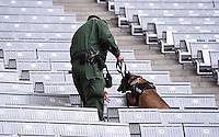 FUSSBALL INTERNATIONAL TESTSPIEL in Muenchen in der Allianz Arena Deutschland - Italien    29.03.2016  Ein Polizist mit Sprengstoffhund auf der Tribuebe der Allianz Arena
