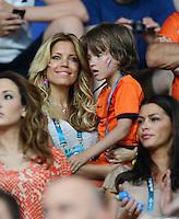 FUSSBALL  EUROPAMEISTERSCHAFT 2012   VORRUNDE Niederlande - Deutschland       13.06.2012 Sylvie van der Vaart mit Sohn Damien auf der Tribuene