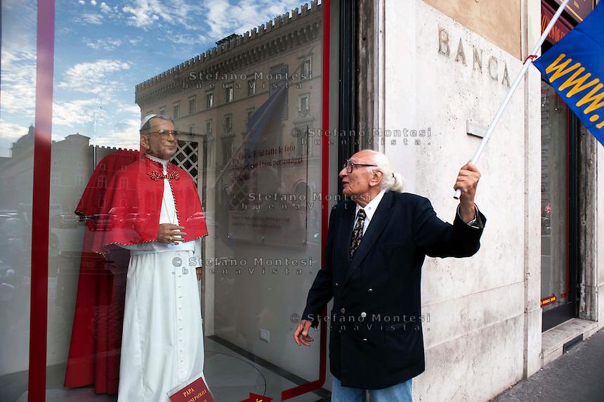 Roma 31 Maggio 2011.Marco Pannella osserva la statua di cera  di Papa Luciani nella vetrina del Museo delle Cere in Piazza Santi Apostoli