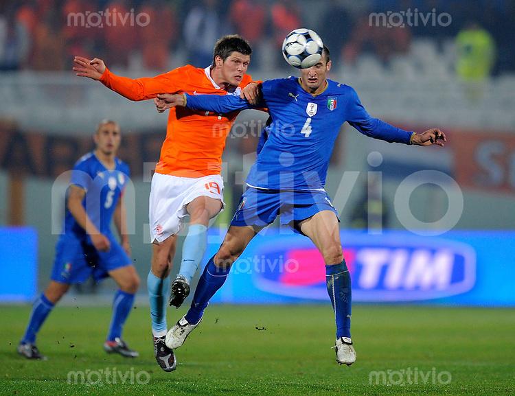 Fussball Nationalmannschaft :  Saison   2009/2010    14.11.2009 Freundschaftsspiel , Italien - Niederlande , Holland , ITA - NED ,  Klaas - Jan Huntelaar  (li, NED)  gegen Giorgio  Chiellini (re, ITA)