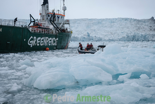 16/06/2016 Wahlenbergbreen Glacier, Svalbard, Norway<br /> Greenpeace holds a historic performance with pianist Ludovico Einaudi on the Arctic Ocean to call for its protection<br /> Through his music, acclaimed Italian composer and pianist Ludovico Einaudi has added his voice to those of eight million people from across the world demanding protection for the Arctic. Einaudi performed one of his own compositions on a floating platform in the middle of the Ocean, against the backdrop of the Wahlenbergbreen glacier (in Svalbard, Norway). The famous musician travelled on board Greenpeace ship Arctic Sunrise on the eve of a significant event for the future of the Arctic: this week's meeting of the OSPAR Commission, which could secure the first protected area in Arctic international waters. &copy; Pedro Armestre/ Greenpeace Handout - No ventas -No Archivos - Uso editorial solamente - Uso libre solamente para 14 d&iacute;as despu&eacute;s de liberaci&oacute;n. Foto proporcionada por GREENPEACE, uso solamente para ilustrar noticias o comentarios sobre los hechos o eventos representados en esta imagen.<br /> &copy; Pedro Armestre/ Greenpeace Handout - No sales - No Archives - Editorial Use Only - Free use only for 14 days after release. Photo provided by GREENPEACE, distributed handout photo to be used only to illustrate news reporting or commentary on the facts or events depicted in this image.<br /> <br /> <br /> 16/06/2016. Glaciar Wahlenbergbreen, Svalbard, Noruega<br /> Greenpeace organiza un concierto hist&oacute;rico con el pianista Ludovico Einaudi en el oc&eacute;ano &Aacute;rtico para pedir su protecci&oacute;n<br /> El prestigioso compositor y pianista italiano Ludovico Einaudi ha unido su voz, a trav&eacute;s de la m&uacute;sica, a la de los ocho millones de personas de todo el mundo que piden la protecci&oacute;n del &Aacute;rtico, con la interpretaci&oacute;n de una pieza creada especialmente para la ocasi&oacute;n sobre una plataforma flotante en mitad de ese oc&eacute;ano, frente al glaciar Wahlenbergbreen (en Svalbard, Noruega). Einaudi ha viajado al &Aacute;rtico a bordo del barco de Greenpeace Arcti