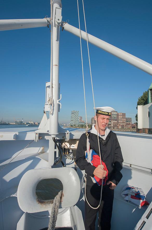 Nederland, Rotterdam, 5 sept 2013<br /> Aanmeren van patrouilleboot van de Marine de ZM Friesland in de haven van Rotterdam, waar komende dagen de wereldhavendagen plaatsvinden.<br /> Het is 9 uur, de vlag wordt gehesen, een vast ritueel om 9 uur<br /> Marine moet ook fors bezuinigen.<br /> <br /> Foto(c): Michiel Wijnbergh