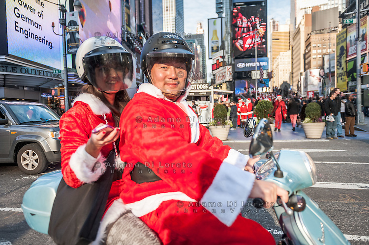 New York: due Babbi Natale transitano a Time Square con la Vespa. Un mito a due ruote che non ha confini. Photo: Adamo Di Loreto/BuenaVista*photo