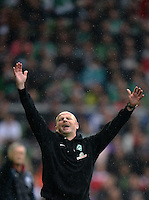 FUSSBALL   1. BUNDESLIGA   SAISON 2012/2013    33. SPIELTAG SV Werder Bremen - Eintracht Frankfurt                   11.05.2013 Trainer Thomas Schaaf (SV Werder Bremen) ist an der Seitenlinie emotional