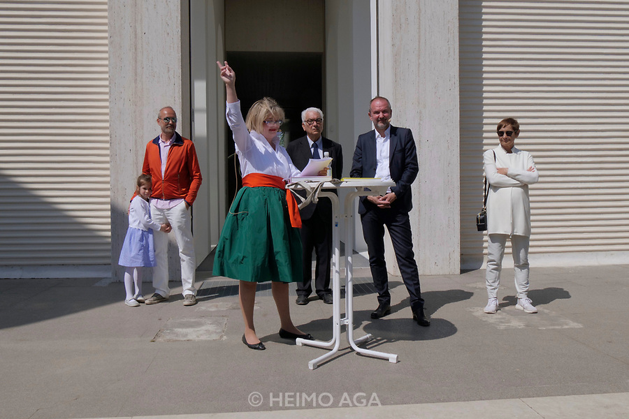 57th Art Biennale in Venice - Viva Arte Viva.<br /> Giardina. Opening of the Austrian Pavilion.<br /> From l.: Erwin Wurm with daughter, Commissioner Christa Steinle, Biennale President Paolo Baratta, Minister Thomas Drozda, Brigitte Kowanz.