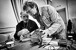 Jean-Michel et Dominique réparent le vieux chargeur de batterie de Martial au Repair Café de Beaufort-en-Vallée (Maine-et-Loire).