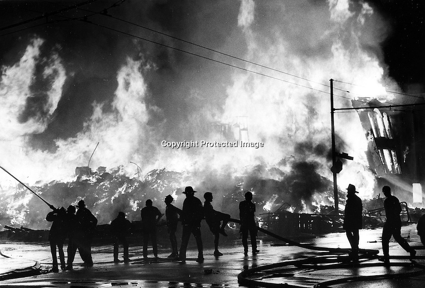 Fire rages from collapsed homes in the Marina Districk of San Francisco, Ca following the huge Loma Prieta Earthquake on Oct 17,1998. (photo'Tom Duncan/Oakland Tribune)