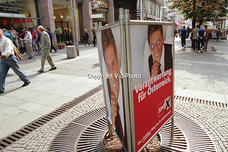 Foto: VidiPhoto..WENEN - De Oostenrijkse Bondskanselier, de socialist Viktor Klima (zie foto) heeft gedreigd zijn ambt neer te leggen indien hij zijn programma van bezuinigingen na de landelijke verkiezingen van zondag niet meer kan uitvoeren. Regeringspartner OVP (christen-democraten) heeft namelijk gedreigd uit de coalitie met de socialistische SPO te stappen indien ze bij de verkiezingen de derde partij wordt. Op dit moment zijn de OVP en de FPO van de extreem-rechtse liberaal Jorg Haider in een nek-aan-nek-race verwikkeld. Haider ligt in de peilingen enkele procenten voor. De socialisten blijven volgens de laatste peiling verreweg de grootste partij met ruim 33 procent van de stemmen.