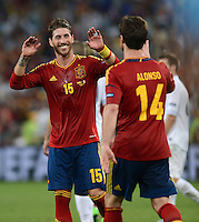 FUSSBALL  EUROPAMEISTERSCHAFT 2012   VIERTELFINALE Spanien - Frankreich      23.06.2012 Sergio Ramos (li) und Xabi Alonso (re, beide Spanien)