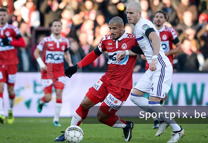 KV Kortrijk - RSC Anderlecht : duel tussen Idriss Saadi (links) en Bram Nuytinck (rechts)<br /> Foto David Catry | VDB | Bart Vandenbroucke