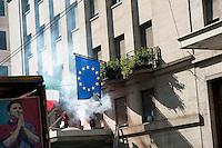 Roma  15 Ottobre 2011.Manifestazione contro la crisi e l'austerità.Scontri tra manifestanti e forze dell'ordine.Manifestanti bruciano la bandiera dell'Unione Europea.