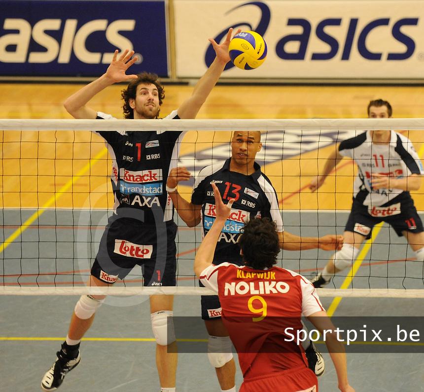 Knack Randstad Roeselare - Noliko Maaseik..Tije Vlam (links) plaatst de bal voorbij Niels Klapwijk . Danilo Alves (midden) kijkt toe..foto VDB / BART VANDENBROUCKE