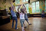 Vorführung israelischer Tänze einer Kindertanzgruppe.