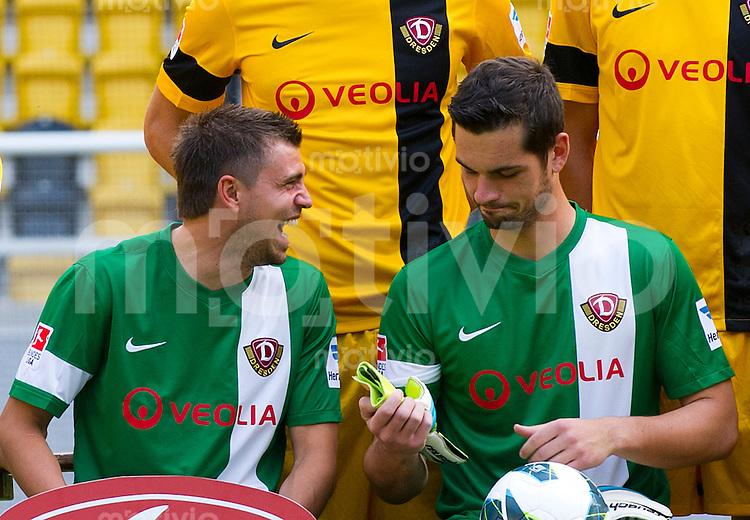 Fussball, 2. Bundesliga, Saison 2013/14, SG Dynamo Dresden, Mannschaftsvorstellung, Mannschaftsfoto. Die Torhueter Benjamin Kirsten (li.) und Markus Scholz.