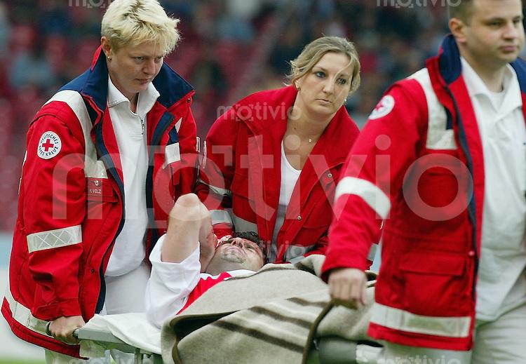 FUSSBALL 1.Bundesliga Saison 2002/2003 1. Spieltag VfB Stuttgart 1-1 1. FC Kaiserslautern        Zvonimir Soldo (VfB) wird verletzt vom Platz getragen.