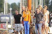 ZEILEN: WARTEN: 27-08-2016, Huldiging Marit Bouwmeester, Marit met broer Roelof (links) en coach Jaap Zielhuis en haar ouders haar zus op de achtergrond, ©foto Martin de Jong