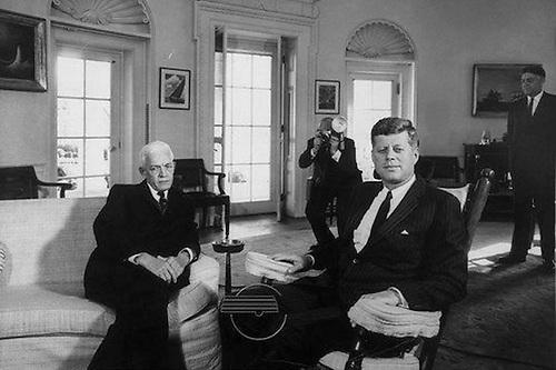 El entonces presidente electo dominicano Juan Bosch y el presidente de Estados Unidos, John F. Kennedy, en la Casa Blanca.