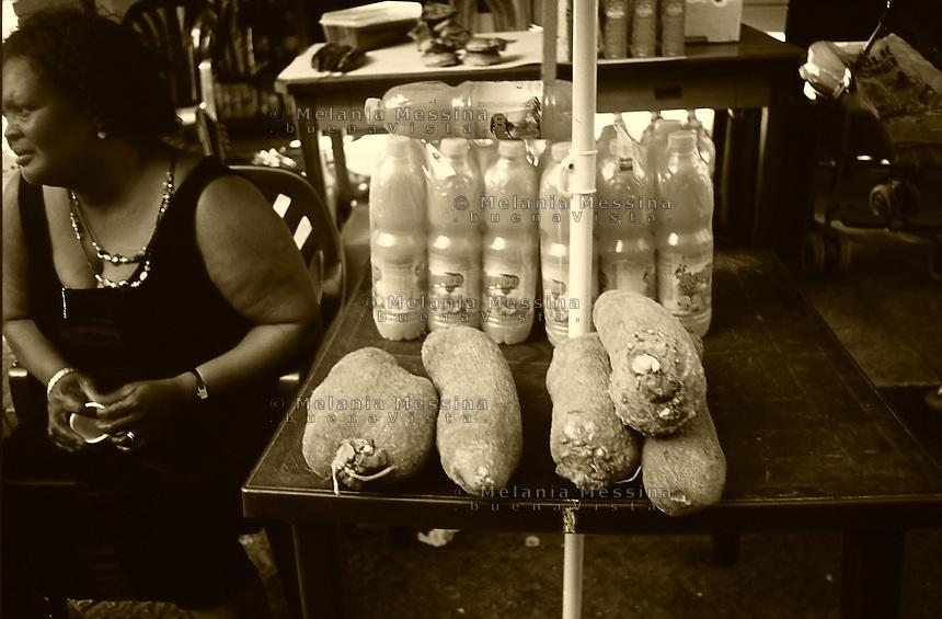 Palermo, Ballaro' market, African woman sells African food.<br /> Palermo, mercato di Ballaro', una donna extracomunitaria vende cibo africano.