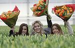 Foto: VidiPhoto<br /> <br /> ROELOFARENDSVEEN &ndash; Met champagne dopen Amy, Lisa en Shelley van OG3NE hun eigen, unieke tulp: warm oranje met gefranjerde bloemblaadjes. De zangeressen hebben de nieuwe tulp persoonlijk geselecteerd. &ldquo;We wisten meteen dat deze tulp het zou worden. De kleur staat symbool voor onze deelname aan het Eurovisie Songfestival en de gefranjerde bloemblaadjes zijn uniek en bijzonder. We zijn ontzettend trots op onze eigen tulp!,&rdquo; aldus OG3NE. De nieuwe tulp wordt aangeboden door de Nederlandse tulpenkwekers. De doop vond plaats bij tulpenkwekerij Wesselman Flowers in Roelofarendsveen. Tulpenpromotie Nederland (TPN) zorgt dat de naam van de nieuwe tulp wordt vereeuwigd in het International Cultivar Register of Tulip Names. Het veredelingsproces van deze tulp duurde 19 jaar. De OG3NE-tulp is vanaf volgend jaar mondjesmaat verkrijgbaar zal zijn. OG3NE bestaat uit de zussen Lisa, Amy en Shelley. De bandnaam is een samentrekking van O (de bloedgroep van hun moeder) en G3ne (de genen die hen met elkaar verbinden). Dit jaar vertegenwoordigt OG3NE Nederland op het Eurovisie Songfestival in Kiev. Hun muzikale inzending zal in maart bekend worden gemaakt.