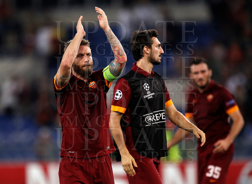 Calcio, Champions League, Gruppo E: Roma vs Bayern Monaco. Roma, stadio Olimpico, 21 ottobre 2014.<br /> Roma&rsquo;s Daniele De Rossi, left, greets fans at the end of the Group E Champions League football match between AS Roma and Bayern at Rome's Olympic stadium, 21 October 2014. Bayern won 7-1.<br /> UPDATE IMAGES PRESS/Isabella Bonotto