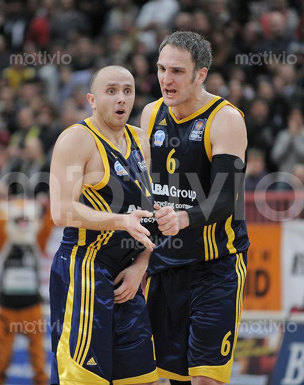 Basketball  1. Bundesliga  2010/2011   02.01.2011 Walter Tigers Tuebingen  - Alba Berlin Marko Marlinovic  (li, Alba) mit  Sven Schultze (Alba)