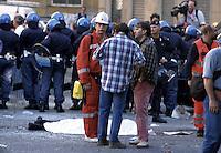 20 LUG 2001 Genova: vertice G8, controvertice Genoa Social Forum, il corpo di CARLO GIULIANI in p.zza Alimonda..Genoa: G8 Summit, anti summit Genoa Social Forum, the body of CARLO GIULIANI killed during the riots in p.zza Alimonda.
