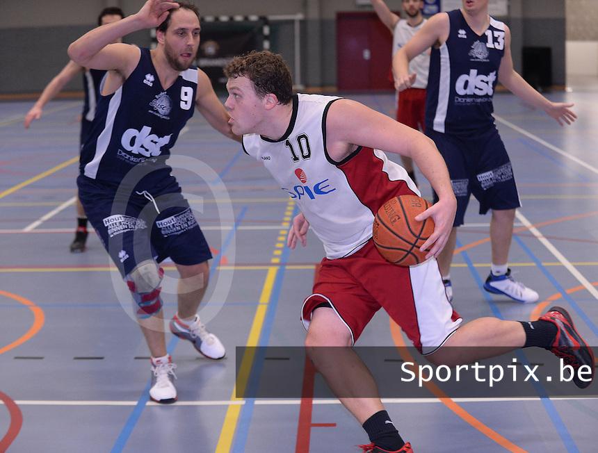 BBC Spie Izegem - Basket Sijsele : Gilles Colpaert met de bal naar doel voor de verdedigende Steve Robyst (9) <br /> foto VDB / Bart Vandenbroucke