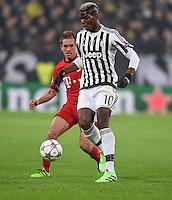 FUSSBALL CHAMPIONS LEAGUE  SAISON 2015/2016 ACHTELFINAL HINSPIEL Juventus Turin - FC Bayern Muenchen             23.02.2016 Paul Pogba (Juventus Turin) kann sich gegen Philipp Lahm (hinten, FC Bayern Muenchen) durchsetzen