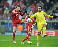 FUSSBALL   CHAMPIONS LEAGUE   SAISON 2011/2012     22.11.2011 FC Bayern Muenchen - FC Villarreal Toni Kroos (li, FC Bayern Muenchen)  gegen Mario Gaspar (Villarreal CF)