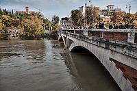 Roma, 14 Novembre  2012.Il fiume Tevere in piena per le piogge sommersa. Ponte Sublicio.Rome 14 November 2012.The river Tiber in flood for the rains.