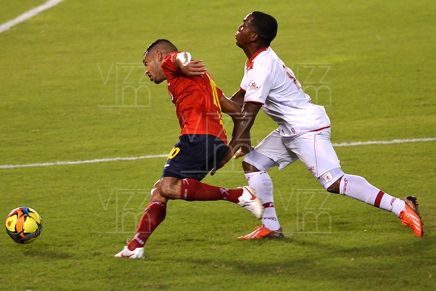 BARRANQUILLA - COLOMBIA-28-10-2013: John Mendez (Izq.) jugador de Uniatonoma F.C. disputa el balón con Julio C. Ortiz (Der.) jugador del America durante partido en el estadio Metropolitano Roberto Melendez de la ciudad de Barranquilla, octubre 28 de 2013. Uniatonoma F. C. y America durante partido por la primera fecha de los cuadrangulares semifinales del Torneo Postobon II. (Foto: VizzorImage / Alfonso Cervantes / Str). John Mendez (L) player of Uniatonoma F.C. vies for the ball with Julio C. Ortiz (R), player of America during a match at the Metropolitano Roberto Melendez Stadium in Barranquilla city, October 28, 2013. Uniatonoma F. C. and America during a match for the first round of the quadrangular semifinals Postobon tournament II. (Photo: VizzorImage / Alfonso Cervantes / Str).