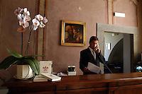 Portiere alla reception. Hotel porter at reception..Villa Grazioli è un raffinato albergo della catena internazionale Relais & Chateaux..Fu costruita dal Cardinale Antonio Carafa nel 1580 e racchiude tra le sue mura opere d'arte dei maestri del XVI e XVII secolo, Ciampelli, Carracci e G.P. Pannini. .Villa Grazioli is a sophisticated international hotel chain Relais & Chateaux. .It was built by Cardinal Antonio Carafa in 1580 and contains works of art of the sixteenth and seventeenth century, of Ciampelli, Carracci and GP Pannini....
