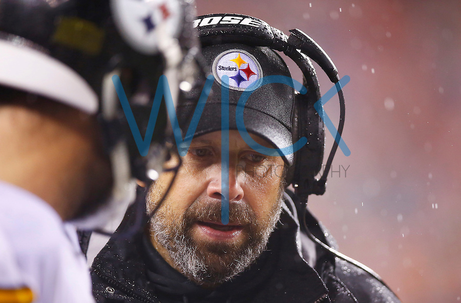 Offensive coordinator Todd Haley and Ben Roethlisberger #7 of the Pittsburgh Steelers communicate against the Cincinnati Bengals during the Wild Card playoff game at Paul Brown Stadium on January 9, 2016 in Cincinnati, Ohio. (Photo by Jared Wickerham/DKPittsburghSports)