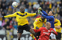 Fussball, 2. Bundesliga, Saison 2011/12, SG Dynamo Dresden - FC Energie Cottbus, Sonntag (11.12.11), gluecksgas Stadion, Dresden. Dresdens Mickael Pote (li.), Cheikh Gueye (2.v.li.), Sebastian Schuppan (re.) gegen den Cottbuser Torwart Rene Renno (2.v.re.) und Ivica Banovic.