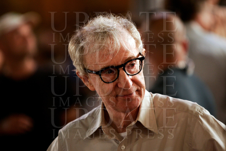 "Il regista statunitense Woody Allen sul set durante le riprese del suo prossimo film ""The Bop Decameron"", a Roma, 9 agosto 2011..US director Woody Allen during the shooting of his next movie ""The Bop Decameron"" in Rome, 9 august 2011..UPDATE IMAGES PRESS/Riccardo De Luca"