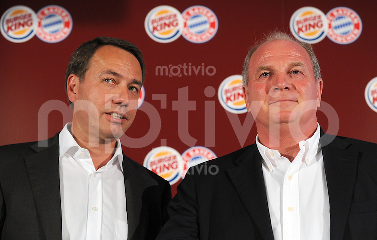 1. Fussball Bundesliga :  Saison   2009/2010   11.08..2009 FC Bayern Muenchen Manager Uli Hoeness isst einen Whopper bei Burger King mit Burger King Geschäftsführer Thomas Berger