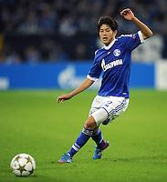 FUSSBALL   CHAMPIONS LEAGUE   SAISON 2012/2013   GRUPPENPHASE   FC Schalke 04 - Montpellier HSC                                   03.10.2012 Atsuto Uchida (FC Schalke 04)  Einzelaktion am Ball