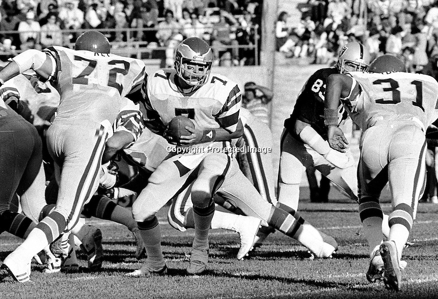 Philadelphia Eagles quarterback Ron Jaworski ready to hand off against the Raiders. (1980 photo/Ron Riesterer)