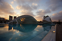 « The Eye of Wisdom », The Hemisphere, with The Palau de les Arts (The Arts Palace) in the distance, City of Arts and Sciences ; 1998 ; Santiago Calatrava (Valencia, Spain, 1951) ; Valencia, Comunidad Valenciana, Spain ; First area of the City of Arts and Sciences covering 14,000 square meters. Picture by Manuel Cohen