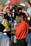 Tiger WOODS (USA) mit der Wanamaker Trophy im Focus der Medien, 4.Runde, 88th PGA Championship Golf, Medinah Country Club, IL, USA