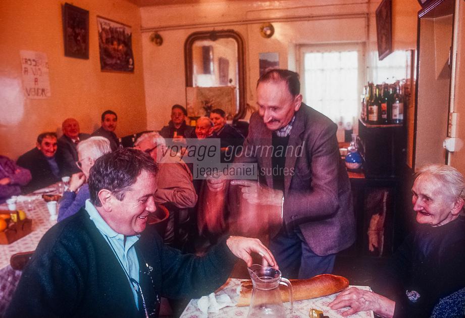 Europe/France/Nouvelle Aquitaine/23/Creuse/La Chapelle-Taillefert:  Victor Lanoux lapres  la  pche de son &eacute;tang, mange chez La Maria  qui tient un restaurant fermier &agrave; L&eacute;pine (commune de Gentioux Pigerolles - mort  r&eacute;cemment (4 mai 2017)<br /> PHOTO D'ARCHIVES // ARCHIVAL IMAGES<br /> FRANCE 1990