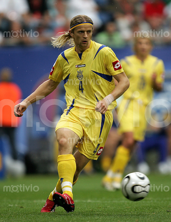 Fussball WM 2006 Gruppenspiel Gruppe H Vorrunde in Hamburg Saudi Arabien - Ukraine, Saudi Arabia - Ukraine Anatoliy Tymoschuk (UKR) am Ball.