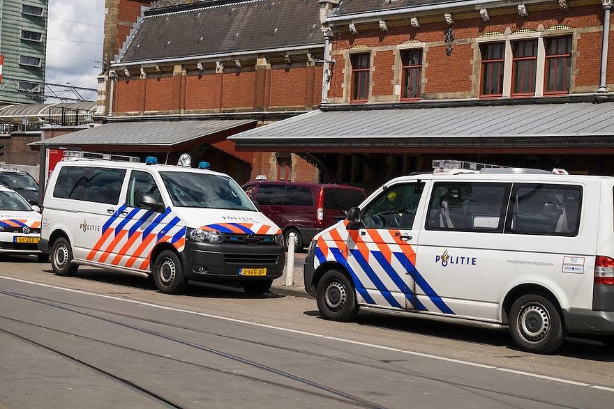 Nederland, Amsterdam, 30 mei 2015<br /> Politieauto's voor het centraal station van Amsterdam. <br /> Foto: Michiel Wijnbergh