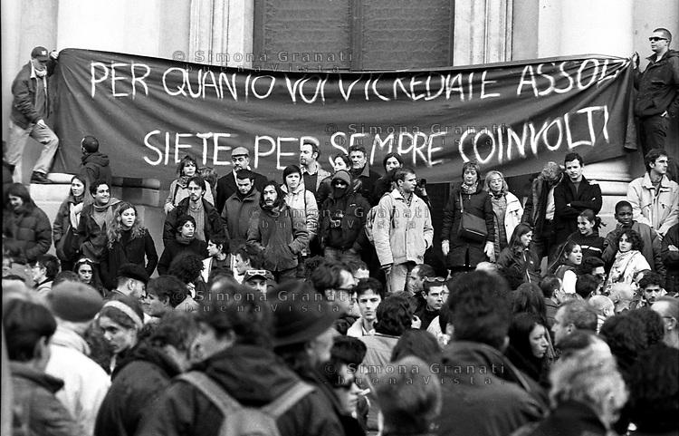 Genova, 20 Gennaio 2002.Piazza Alimonda.Manifestazione a 6 mesi dalla morte di Carlo Giuliani ucciso dalle forze dell'ordine durante le manifestazioni contro il G8 del 2001