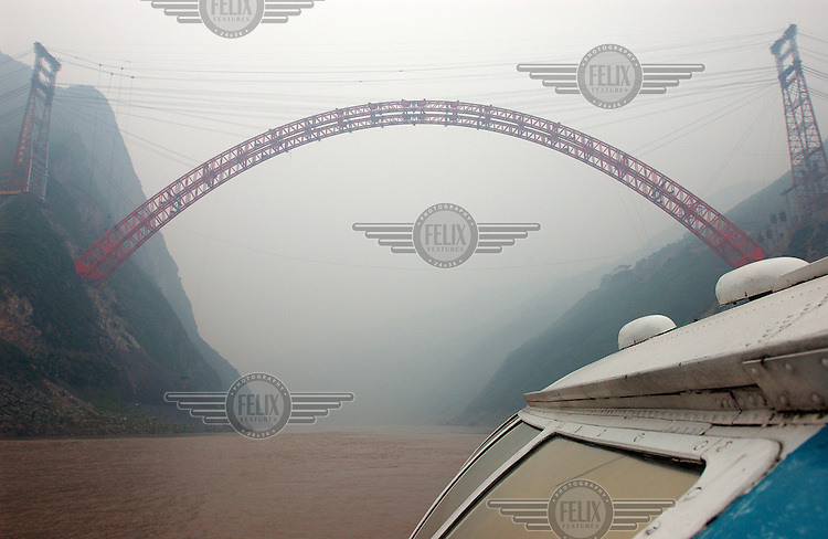 © Dermot Tatlow / Panos Pictures..04/2003. Wushan, Sichuan province, China...Hydrofoil for the trip down river as far as the 3 Gorges dam site passes new bridge construction