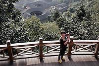 Une plate-forme vient d'être installée au dessus du village tulou de Yabaoding pour que les touristes puissent venir saisir le paysage unique de ces vallées du Fujian.